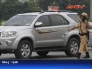 """Video An ninh - Clip: CSGT Hà Nội """"tuýt còi"""" xe biển xanh, biển đỏ"""