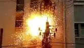 Video: Trèo cột điện nhìn tổng thống, bị giật bùng lửa