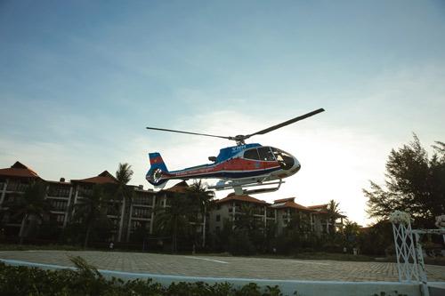 Siêu mẫu Hà Anh dùng trực thăng đến đám cưới - 12