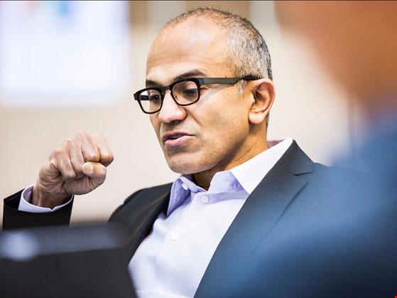 Microsoft sa thải nhân viên, Facebook tăng trưởng mạnh mẽ - 1