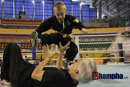 Màn múa võ Việt ấn tượng của cậu bé Tây 5 tuổi - 7