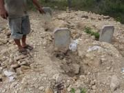 """Tin tức trong ngày - Dân bức xúc vì dự án """"đào trộm"""" hơn 130 ngôi mộ"""