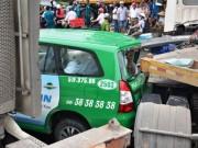 Tin tức trong ngày - Hãi hùng: Container lao vào dòng xe đang chờ đèn đỏ