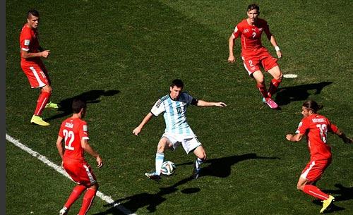 """Dắt bóng """"cân cả thế giới"""": Đặc sản của Messi"""
