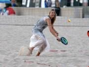 Thể thao - Không thi đấu Olympic Rio, Maria Sharapova chơi tennis bãi biển