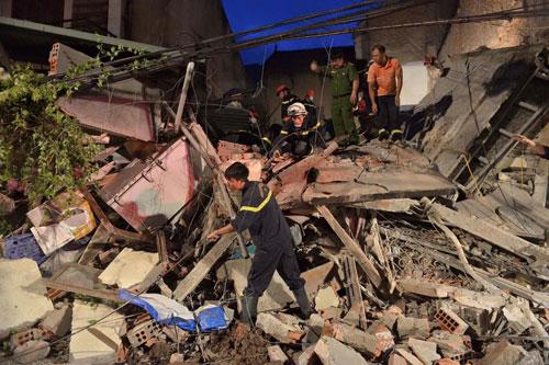 Sập nhà cổ giữa Thủ đô: Còn 2 nạn nhân đang bị mắc kẹt - 3
