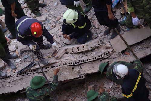 Sập nhà cổ giữa Thủ đô: Còn 2 nạn nhân đang bị mắc kẹt - 10