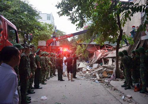 Sập nhà cổ giữa Thủ đô: Còn 2 nạn nhân đang bị mắc kẹt - 4