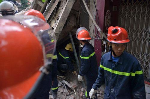 Sập nhà cổ giữa Thủ đô: Còn 2 nạn nhân đang bị mắc kẹt - 8