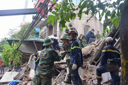 Sập nhà cổ giữa Thủ đô: Còn 2 nạn nhân đang bị mắc kẹt - 6