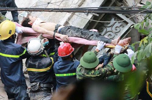 Sập nhà cổ giữa Thủ đô: Còn 2 nạn nhân đang bị mắc kẹt - 2