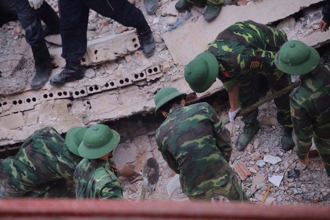 Sập nhà cổ giữa Thủ đô: Còn 2 nạn nhân đang bị mắc kẹt - 11