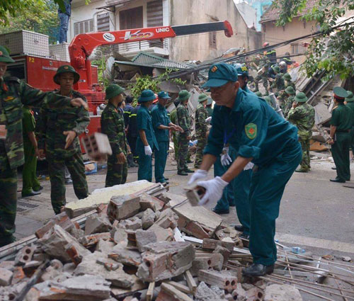 Sập nhà cổ giữa Thủ đô: Còn 2 nạn nhân đang bị mắc kẹt - 7
