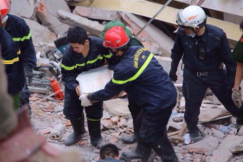 Sập nhà cổ giữa Thủ đô: Còn 2 nạn nhân đang bị mắc kẹt - 12