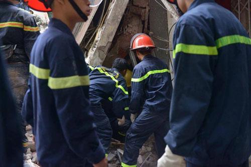 Sập nhà cổ giữa Thủ đô: Còn 2 nạn nhân đang bị mắc kẹt - 9