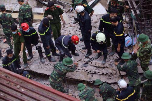 Sập nhà cổ giữa Thủ đô: Còn 2 nạn nhân đang bị mắc kẹt - 13