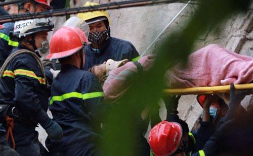 Sập nhà cổ giữa Thủ đô: Còn 2 nạn nhân đang bị mắc kẹt - 1