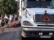 Tin tức trong ngày - Sụp ổ gà, một phụ nữ suýt chết dưới bánh xe container