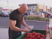 Video Clip Cười - Clip: Đừng bao giờ để một lực sĩ đi mua cà chua