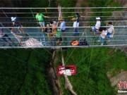 Bạn trẻ - Cuộc sống - Cặp đôi tổ chức lễ cưới mạo hiểm dưới cầu kính 180m