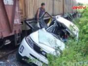Video An ninh - Tàu hỏa đâm xe khách, 4 người thương vong