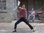 """Thể thao - """"Em gái"""" Lý Tiểu Long múa côn nhanh như điện xẹt"""