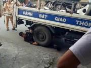 Tin tức trong ngày - Bị dừng xe, nam thanh niên nằm ôm bánh xe CSGT ăn vạ