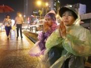 Tin tức trong ngày - Ảnh: Biển người đội mưa nghe giảng kinh Vu Lan ở Hà Nội