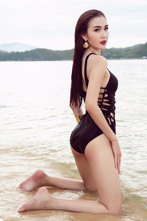 Mỹ nhân đội Phạm Hương sexy với áo tắm khoét xẻ - 5