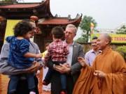 Tin tức trong ngày - Đại sứ Mỹ đội mưa lên chùa làm lễ Vu Lan