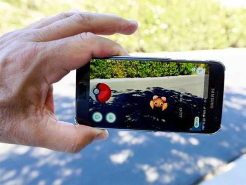 Tong hop smartphone pin trau de chien Pokemon Go