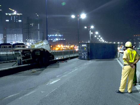 Container rớt bánh, rơi thùng trên cầu Sài Gòn - 1