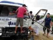 Tin tức trong ngày - Huy động xe container cứu tài xế kẹt trong cabin bẹp dúm