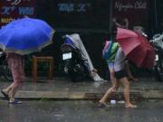 Tin tức trong ngày - Mưa to gió lớn, phụ huynh bỏ xe, cõng con từ trường về nhà