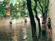 Tin tức trong ngày - Hà Nội: Bão Thần Sét gây mưa lớn, phố thành sông