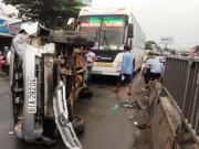 Tin tức trong ngày - Xe khách tông ô tô, giao thông trên Quốc lộ 13 kẹt cứng