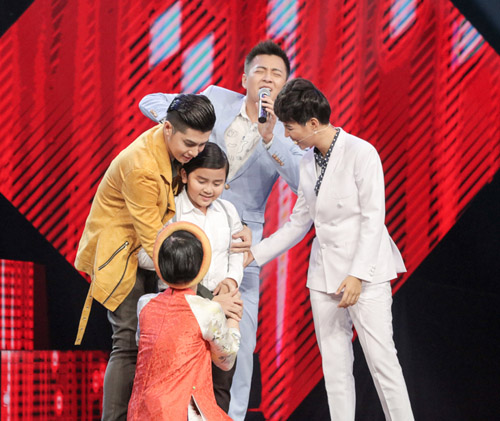"cau be ngheo hat dan ca khien hlv the voice kids ""phat cuong"" - 2"