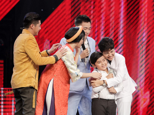 "cau be ngheo hat dan ca khien hlv the voice kids ""phat cuong"" - 3"