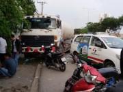 Tin tức trong ngày - Xe bồn húc taxi, hành khách chờ xe buýt tháo chạy