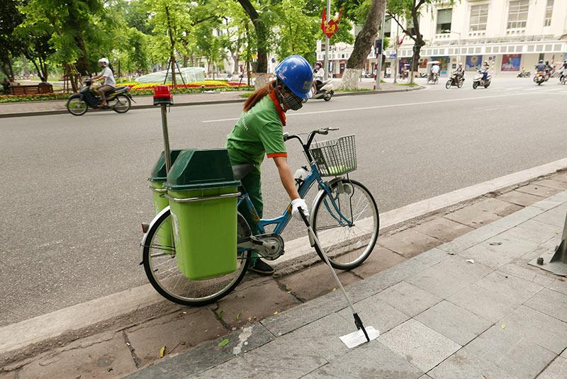 Lần đầu xuất hiện xe đạp gom rác trên đường phố Thủ đô