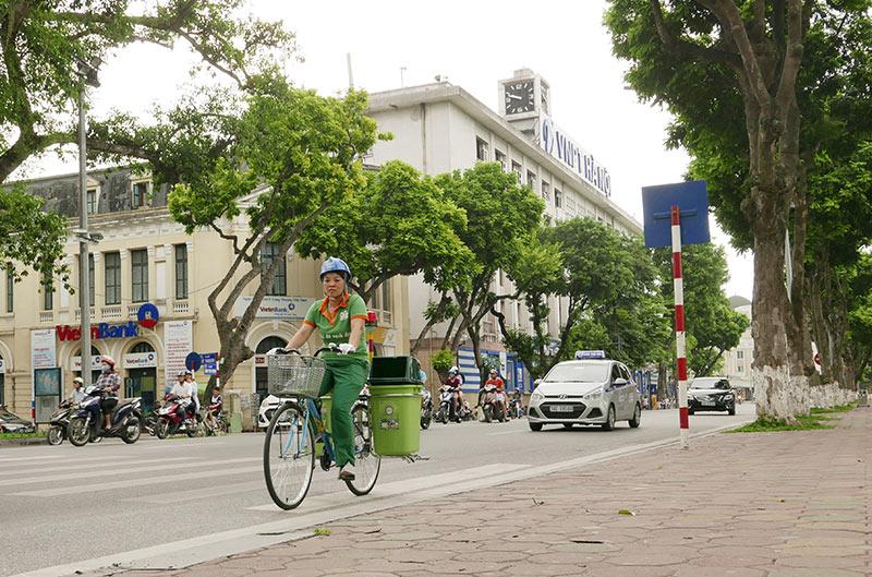Lần đầu xuất hiện xe đạp gom rác trên đường phố Thủ đô - 5