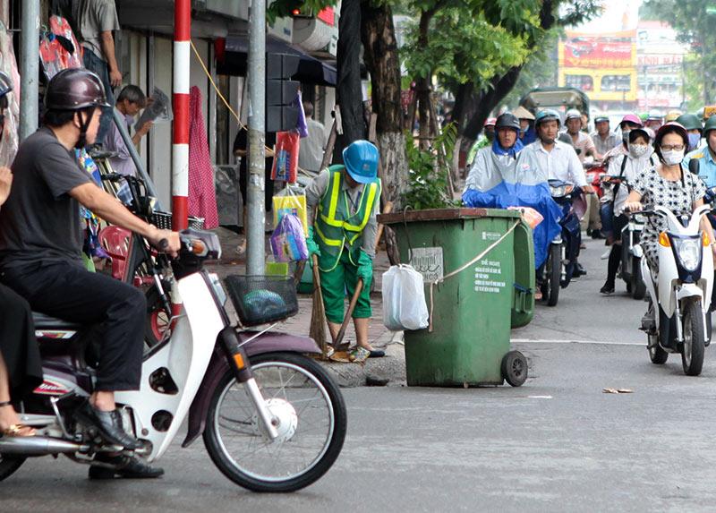 Lần đầu xuất hiện xe đạp gom rác trên đường phố Thủ đô - 10