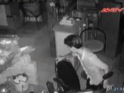"""Video An ninh - Camera """"bắt sống"""" băng trộm trong quán cà phê"""