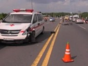 Video An ninh - Xe máy vượt xe bus, tông xe cấp cứu, 1 người  tử vong