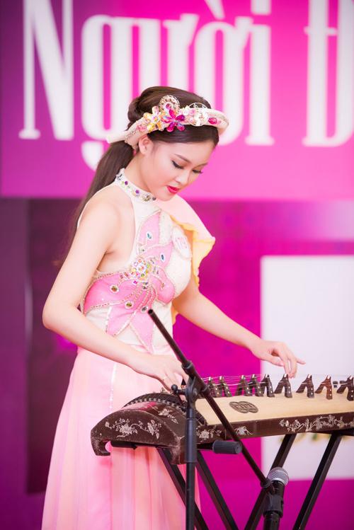 Thí sinh Hoa hậu VN vừa xinh vừa biết làm ảo thuật!