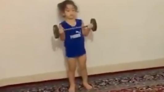 """2 tuổi chơi 7 môn phối hợp: """"Siêu nhân"""" tương lai"""