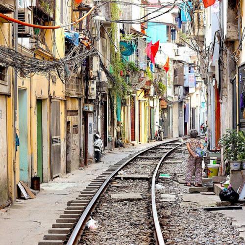 Phố đường ray Hà Nội hấp dẫn du khách nước ngoài - 1