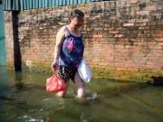 """Tin tức trong ngày - Sau bão 5 ngày, người Hà Nội vẫn phải """"di cư"""" vì ngập"""