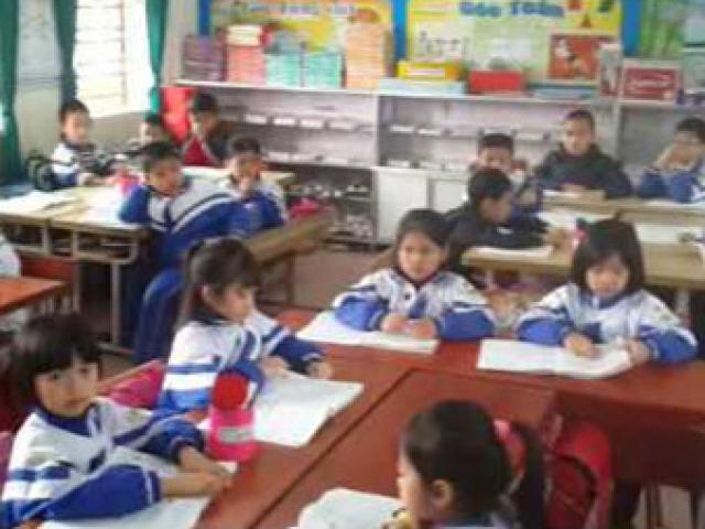 Hàng trăm phụ huynh mang băng rôn đến trường phản đối học VNEN