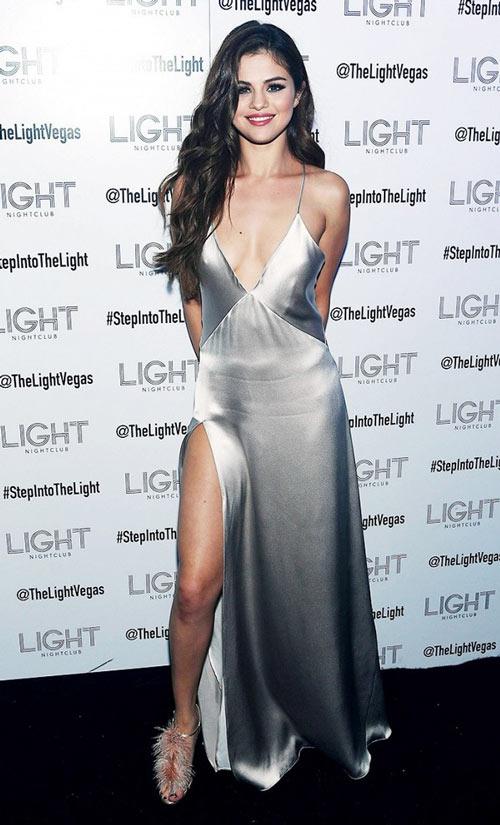 Selena Gomez mặc váy ngủ đi dự sự kiện